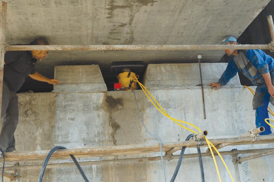 DARA CONSTRUCTII: Inlocuirea rosturilor de dilatatie si a aparatelor de reazem la podul peste raul Olt de la Hoghiz